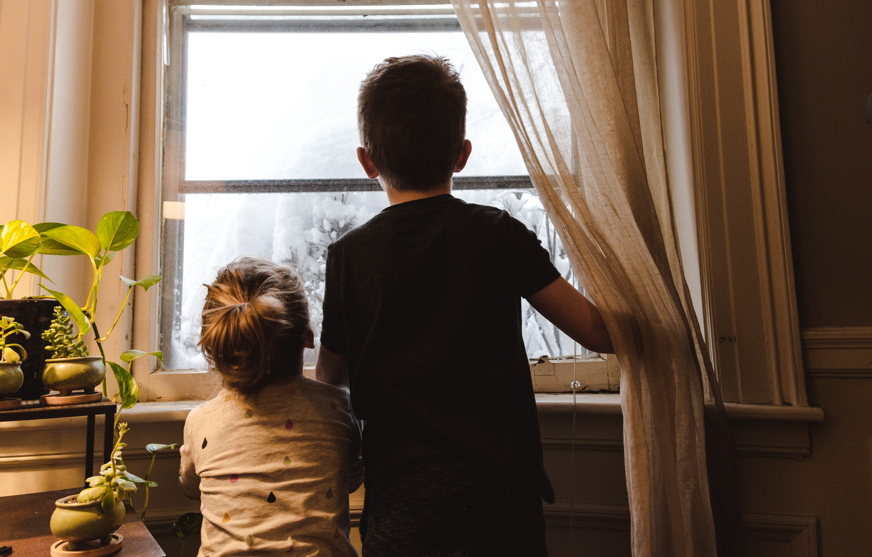 Bambini alla finestra